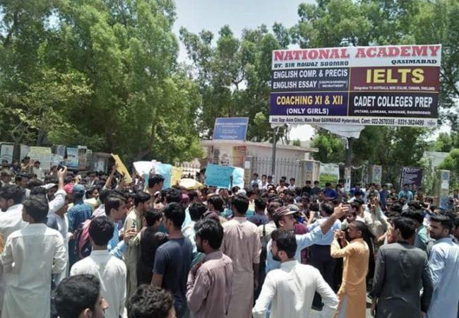 حیدرآباد: داؤد پوٹا لائبریری قاسم آباد میں سہولیات کی عدم موجودگی کے خلاف طلبہ کا احتجاج