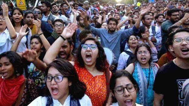 ہندوستان: چپا چپا گونج اٹھا ہے طلبہ کے ان نعروں سے…