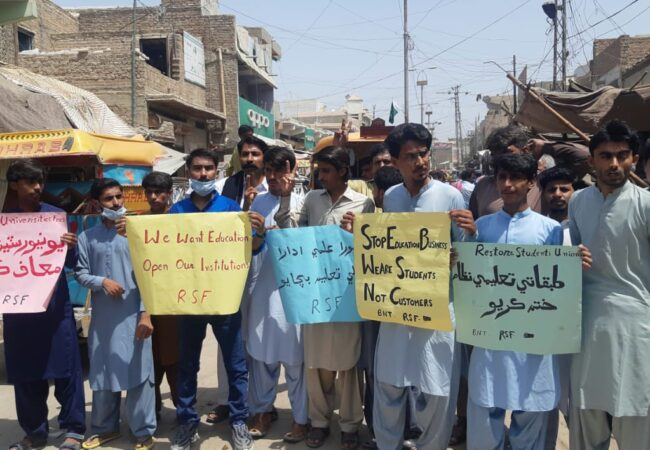 بھان سید آباد: سندھ میں کورونا وبا کی وجہ سے سکولوں کو بند کرنے کے خلاف احتجاجی مظاہرہ